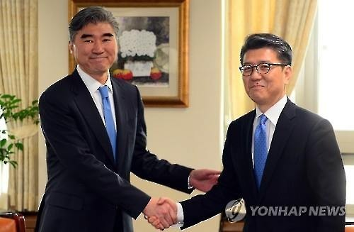 Kim Hong-kyun (R), South Korea's special representative for Korean Peninsula peace and security affairs, shakes hands with Ambassador Sung Kim (L), U.S. special representative for North Korea policy, prior to their talks at Seoul's Foreign Ministry on March 22, 2016. (Image : Yonhap)