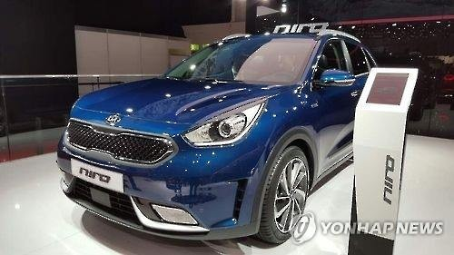 Kia Motors Corp., South Korea's second-ranked carmaker, unveiled the Niro hybrid subcompact SUV on Wednesday and began receiving preorders for its latest eco-friendly vehicle model. (Image : Yonhap)
