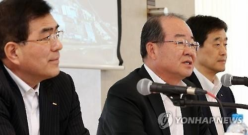 Jung Sung-leep (C), president of Daewoo Shipbuilding & Marine Engineering Co., speaks during a press meeting at the company's headquarters building on March 10, 2016. The shipyard expects to log a profit this year following last year's record losses. (Image : Yonhap)