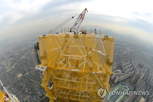 Ukrainian photographer Vitaliy Raskalov created a buzz after he posted a photo taken from the 123rd floor of Jamsil's Lotte World Tower. (Image : Yonhap)