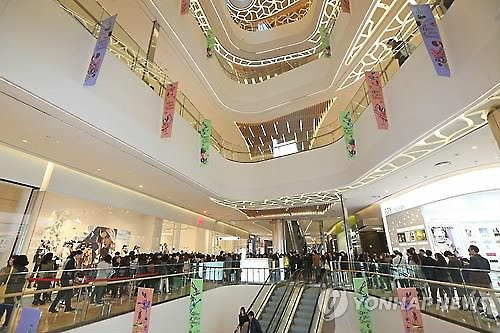 With traditional brick and mortar retailers feeling squeezed by the rapid growth of online shopping, a new tactic has them fighting back by building massive shopping malls that offer both shopping and entertainment at the same time. (Image : Yonhap)