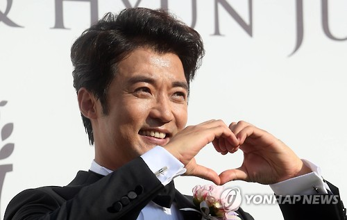 Actor Ahn Jae-wook has it all -- a successful career, a beautiful wife and now, a new-born daughter whose mere thought brings a smile to his face. (Image : Yonhap)