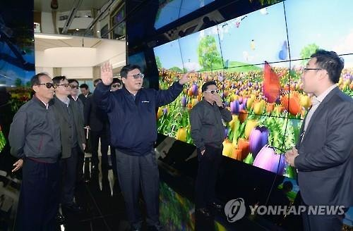 Government officials visit an LG Display plant in Paju, north of Seoul, in February 2016. (Image : Yonhap)