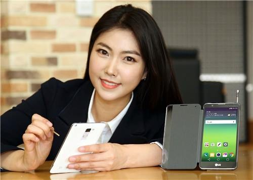 A model poses for a photo with the LG Stylus 2 smartphone. (Image : LG Electronics Inc.)