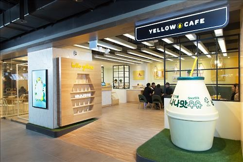 Binggrae, a food and beverage enterprise famous for its signature banana-flavored milk, announced that it will open a banana-flavored milk themed 'Yellow Café' at a flagship store located in the Dongdaemun branch of Hyundai Department Store. (Image : Yonhap)