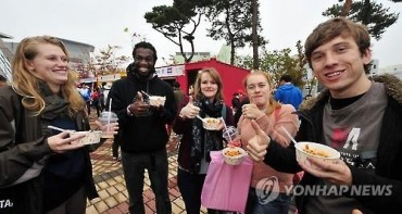 Foreigners in South Korea Most Interested in Street Food