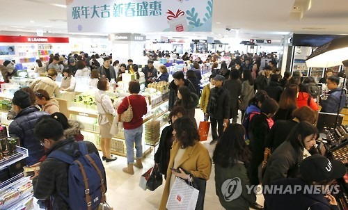 Chinese tourists shopping at Lotte Duty free store. (Image : Yonhap)