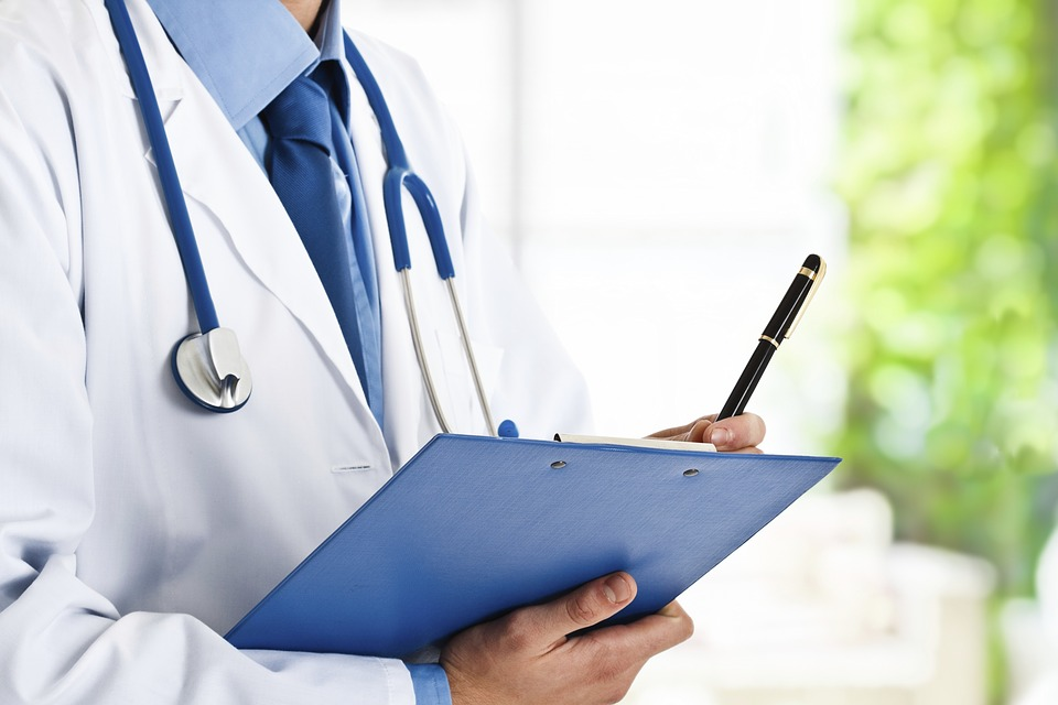 A plan to adopt a system in which doctors evaluate their colleagues' performance is under consideration. When a doctor is suffers from a problematic condition such as an illness, colleagues will evaluate whether he or she is fit to practice medicine. (Image : Pixabay)