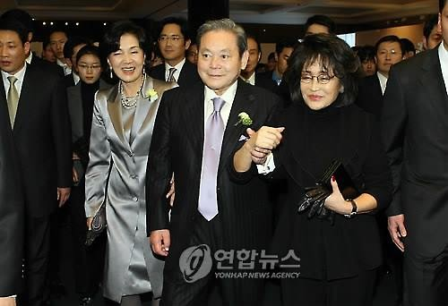 Samsung Group's head Lee Kun-hee (left) and Shinsegae Group's head Lee Myung-Hee (Image : Yonhap)