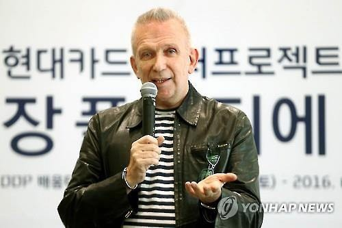 French couturier Jean Paul Gaultier speaks during a press conference at Dongdaemun Design Plaza in Seoul on March 25, 2016. (Image : Yonhap)