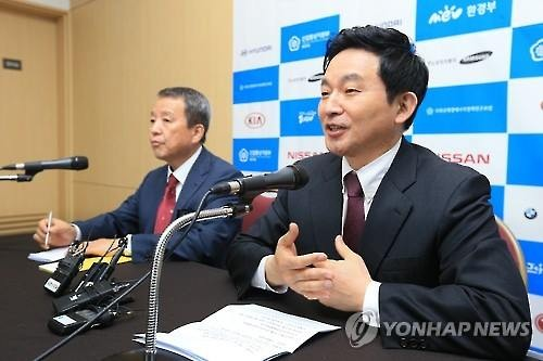 Jeju Governor Won Hee-ryong (R) speaks at a press conference held on March 18, 2016 during the IEVE that kicked off the same day. (Image : Yonhap)