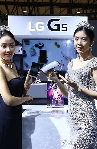 Models pose with LG Electronics Inc.'s G5 smartphone and LG 360 VR. (Image : Yonhap)