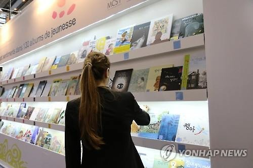 Some 10,000 Korean books, including French translations, are available for purchase in the bookstore corner of Gibert Joseph, a leading French bookstore. (Image : Yonhap)