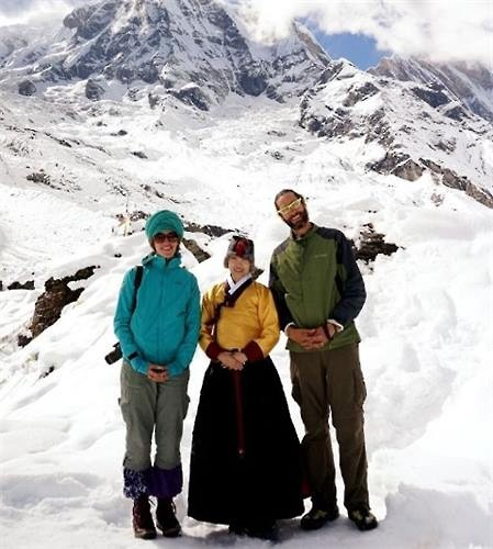 In this photo provided by her, Kwon Miru (C) poses for a photo in winter hanbok with tourists in Annapurna, Nepal, in October 2014. (Image : Yonhap)