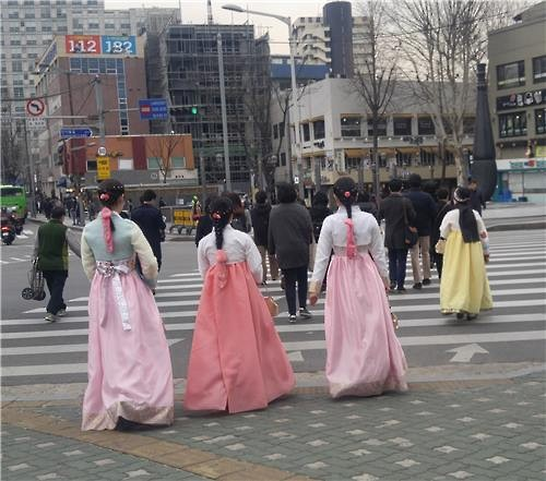 Women in hanbok walk on the streets in Seoul on March 17, 2016. (Image : Yonhap)