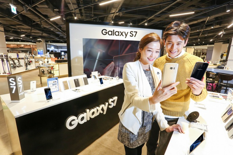 Galaxy S7 to Drop Mobile Carriers' Logo Like iPhones: Sources