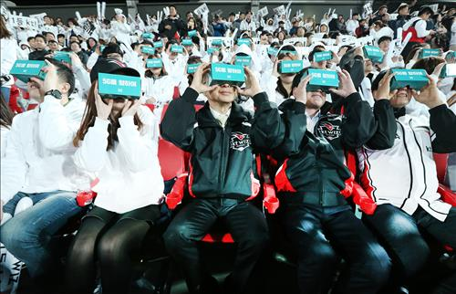 KT broadcast the opening game of the KT Wiz's season live through virtual reality (VR), the first mobile 360-degree live broadcast shared on the sports game site. (Image : Yonhap)