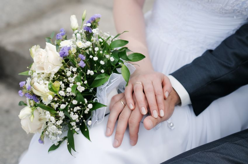 Prime Minister Hwang Kyo-ahn on Friday encouraged more couples to have smaller and more frugal weddings, saying that an extravagant event imposes huge financial burdens on young people. (Image : Kobizmedia / Korea Bizwire)