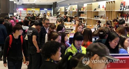 This photo filed on April 1, 2016, shows the Hanwha Galleria duty-free shop in western Seoul, crowded with Chinese shoppers. (Image : Yonhap)