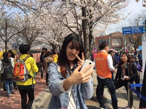 Sunday Kailing from Malaysia poses for a selfie in Seoul's main financial district of Yeouido on April 5, 2016. (Image : Yonhap)