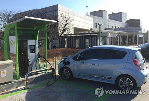 Installing charging devices for electric vehicles (EV) at gas stations will become easier as early as August of this year. (Image : Yonhap)