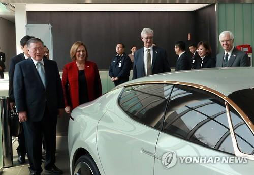 Hyundai Motor Group Chairman Chung Mong-koo (L) introduces Hyundai cars to a group of U.S. lawmakers during their visit to the automaker's research center in Hwaseong, south of Seoul, on March 28, 2016. (Image : Yonhap)