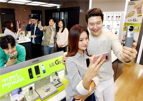 After its launch on March 31, sales of the G5 almost tripled the first day sales of LG's previous flagship phone, the G4. (Image : Yonhap)