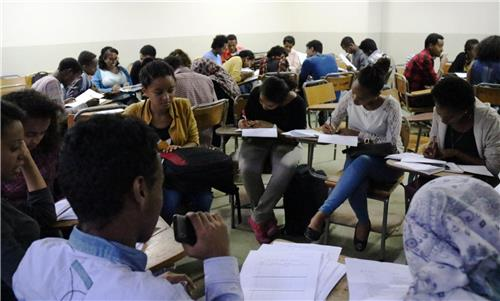 The Korean language course open at Addis Ababa University is packed for the fourth year. More than 200 students applied for the class, which has an 80-student limit. (Image : Yonhap)