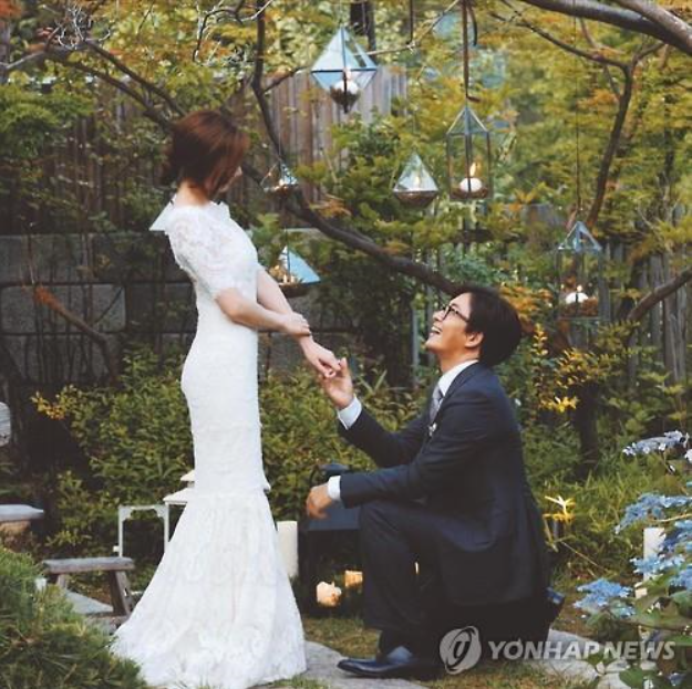 A wedding photo of actress Park Soo-jin and actor Bae Yong-joon. (Yonhap)