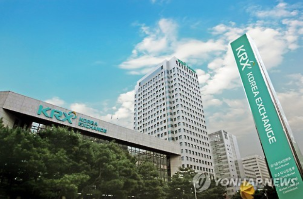The KRX revealed on April 24 that it clinched a deal with S&P in a joint venture to develop new smart beta indices, the likes of which were previously developed primarily by private enterprises. (image: Yonhap)