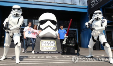 "Seoulites Celebrate ""Star Wars Day"""