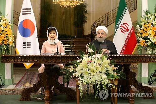 South Korean President Park Geun-hye (L) and Iranian President Hassan Rouhani hold a press conference after their summit meeting in Tehran on May 2, 2016. (image: Yonhap)