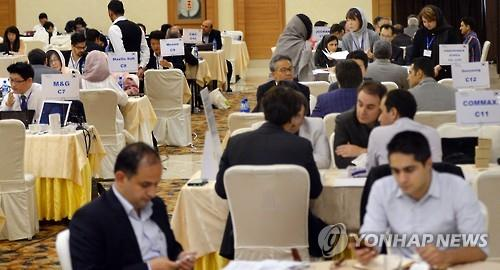 South Korean and Iranian businesspeople meet at a trade fair in Tehran (image: Yonhap)