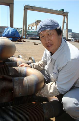 Joon-rak Lee is an ambidextrous welder at one of the industrial plants in Ulsan. (image: Yonhap)