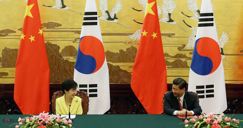 Korea-China press conference with President Park Geun-hye (left) and President Xi Jinping (right) in 2013. (image: Wikimedia)
