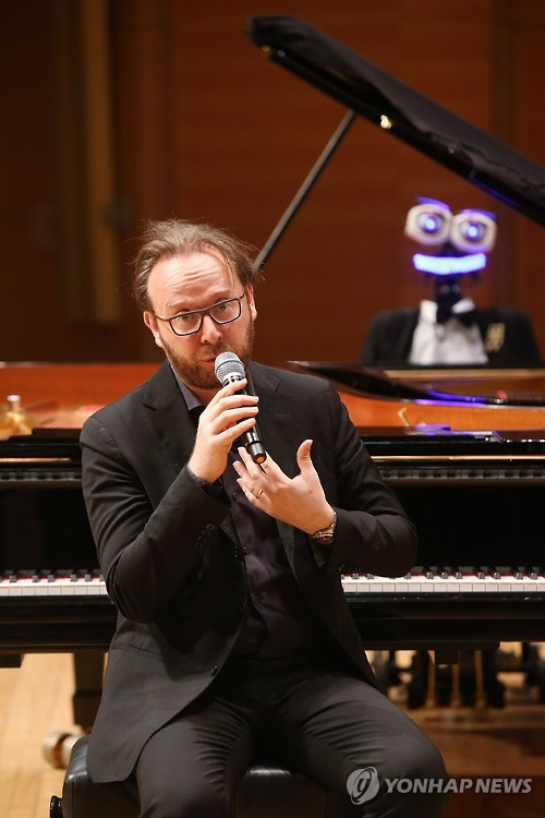 """Roberto countered by saying, """"although Teo played perfectly without any mistakes, it was unable to control the dynamics or the tempo. Most of all, it was not able to interact with the audience emotionally because of its lack of human emotions."""" (image: Yonhap)"""
