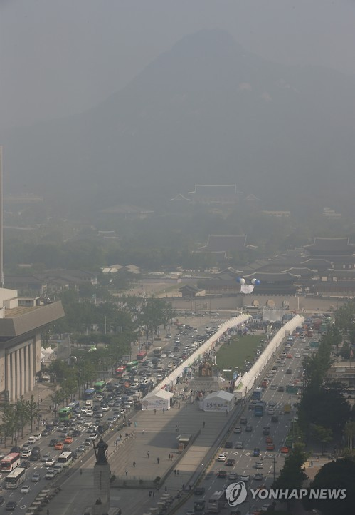 Fine dust struck a majority of regions across the country, including the Seoul metropolitan area, on Friday.