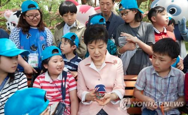 President Park Geun-hye  invited a group of children to the Blue House to mark Children's Day. (image: Yonhap)
