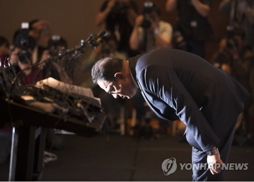 Ata Safdar, the head of Oxy Reckitt Benckiser Korea, bows deeply before a news conference at a Seoul hotel on May 2, 2016, to apologize to and vow compensation for the victims of its toxic humidifier sterilizer amid a prosecution probe into the Korean unit of the British firm. (image: Yonhap)