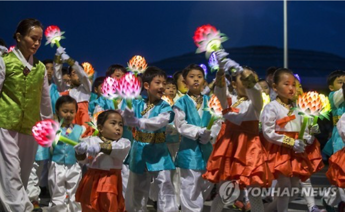 Children celebrate Buddha's Birthday during a lantern procession. (image: Yonhap)