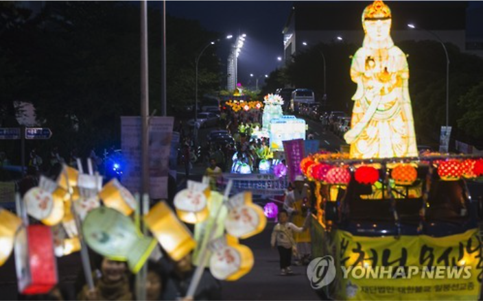 Lantern procession follows Buddhist ceremony in Jeju.