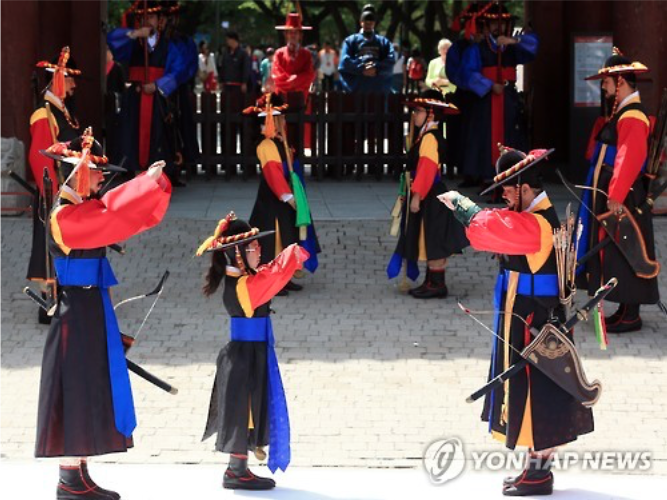 Children experience the Royal Guard-Changing Ceremony at Deoksugung.