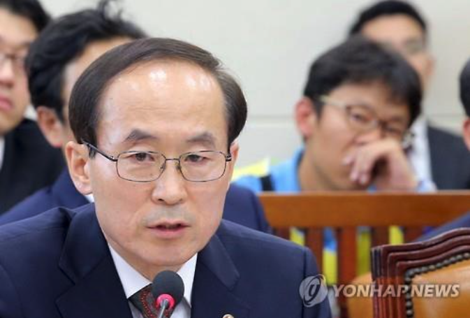 Environment Minister Yoon Seong-kyu speaks during a meeting with lawmakers at the National Assembly on May 11. (image: Yonhap)