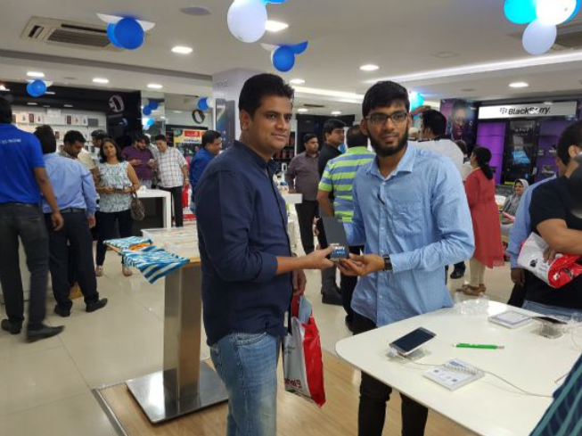 Indian consumers buy Samsung smartphones at a retail outlet in Bengaluru, India, on March 21, 2016. (image: Samsung Electronics)