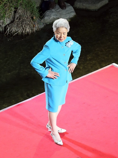 At the center of the spotlight was Yang-ja Park, a 90-year-old model and an unmistakable veteran who walked the stage for the ninth time this year. (image: Yonhap)