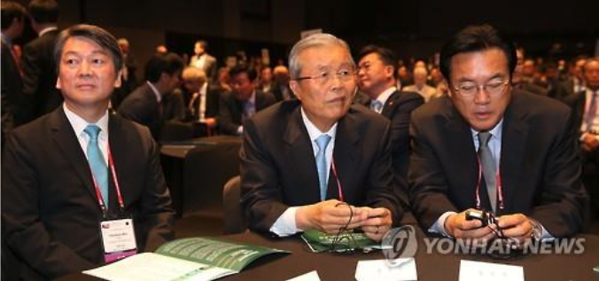 Chung Jin-suk (R), the floor leader of the ruling Saenuri Party, Kim Jong-in (C), interim leader of the main opposition Minjoo Party of Korea and Ahn Cheol-soo (L), the co-chair of the minority People's Party, attend the Asian Leadership Conference in Seoul on May 17. (image: Yonhap)