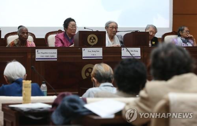 Kim Bok-dong (3rd from L), a 90-year-old former South Korean comfort woman, urges Japan to make an official apology for its wartime sexual slavery of Asian women. (image: Yonhap)