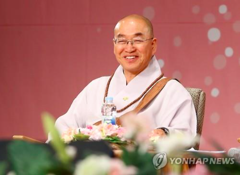 The panel members shared the variety of unexpected beginnings to their monkhood, encouraging the audience to not view entrance into Buddhist priesthood as such a foreign and formidable endeavor. (Image Courtesy of Yonhap)
