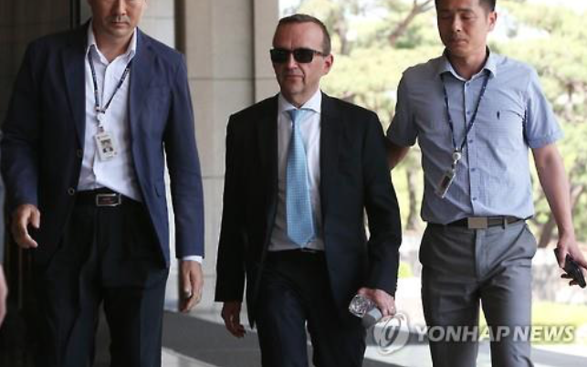 Ulrich Hosterbach (C), finance director of the South Korean unit of Oxy Reckitt Benckiser, appears at the Seoul Central District Prosecutors' Office. (image: Yonhap)