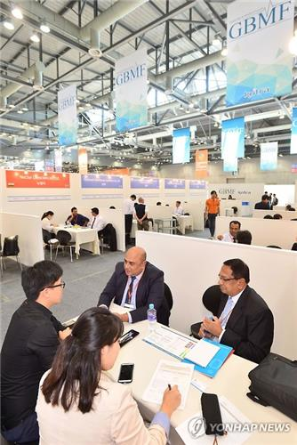 Korean bio company officials meet foreign buyers at the '2015 Global Bio Medical Forum' in Goyang, north of Seoul, in September 2015. (Image courtesy of Yonhap)